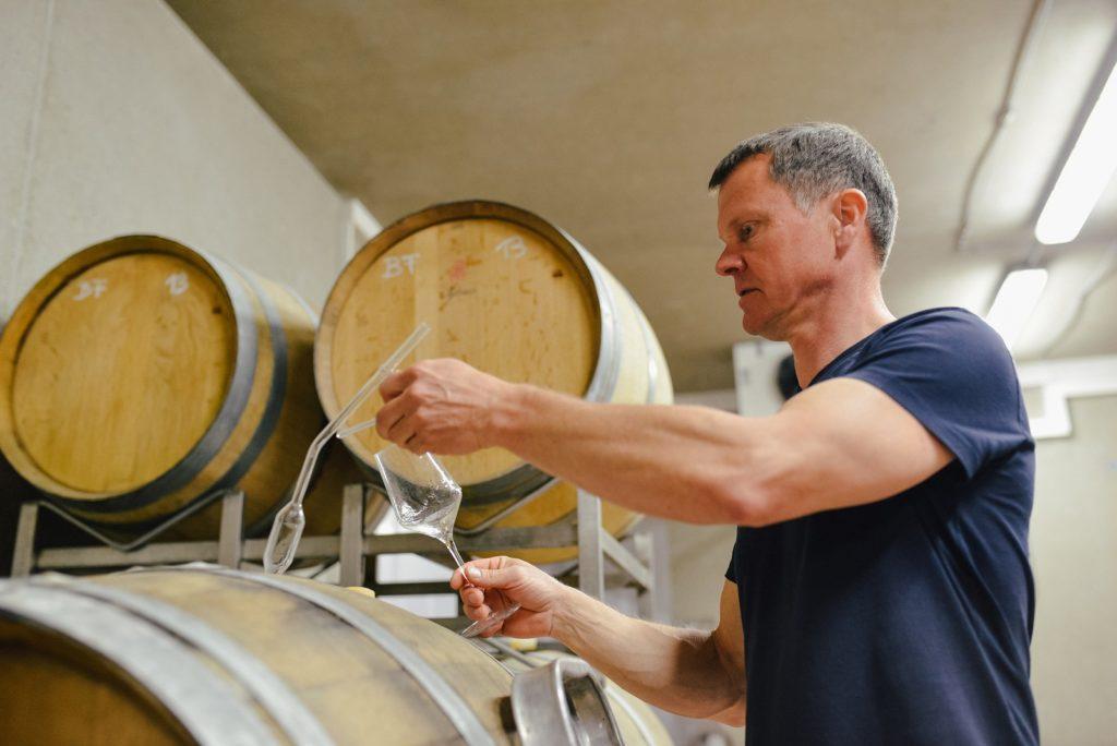 Roland Tauss im Weinkeller: Biologisch-dynamische Weine.